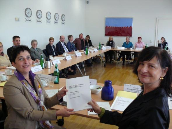 Roundtable Prostitution hands over Final Report © MGEPA NRW 2014